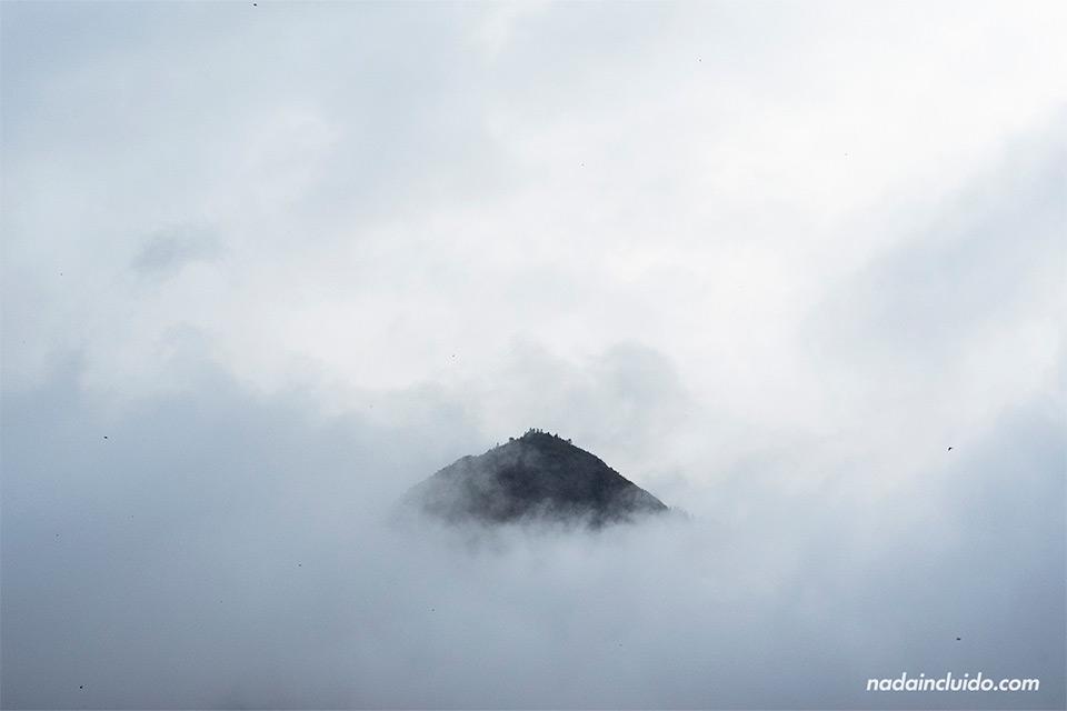 Niebla sobre las montañas de la región de Sapa (Vietnam)