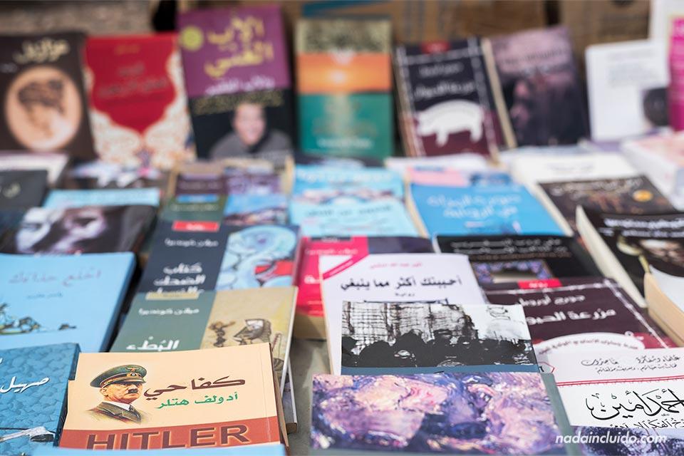 Puesto de libros en el mercado callejero de Agadir (Marruecos)