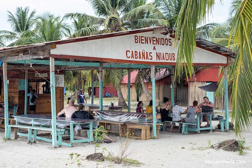 Restaurante de las cabañas Niadub en Isla Diablo, archipiélago de San Blas (Panamá)