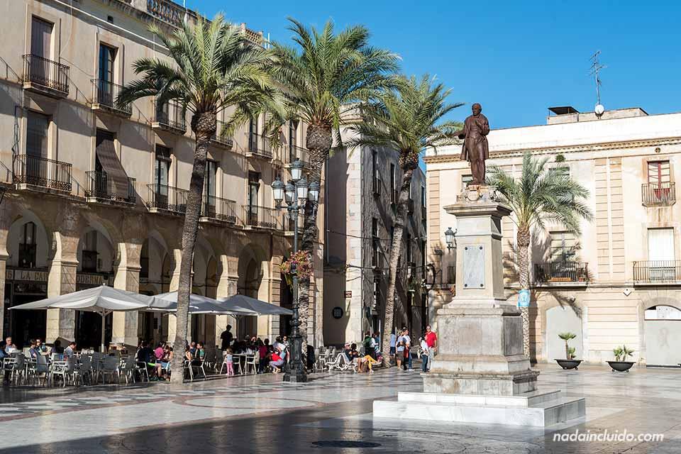 Estatua en la plaza de la villa de Vilanova i la Geltrú
