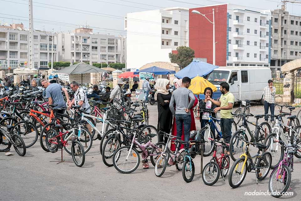 Puesto de bicicletas en el mercado callejero de Agadir (Marruecos)
