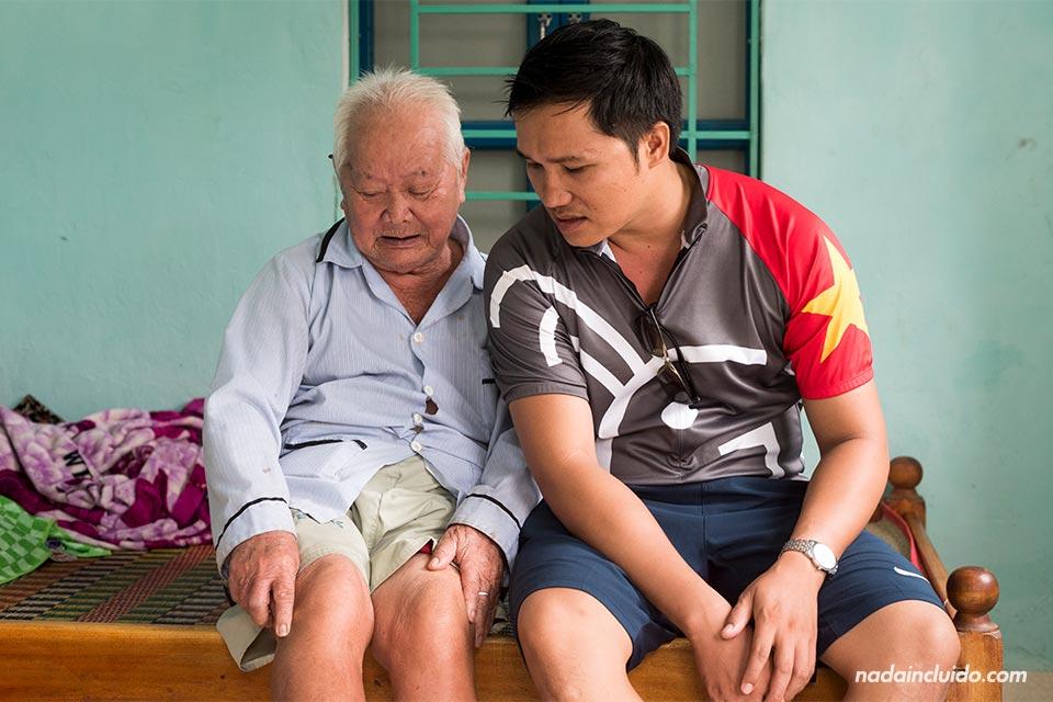 Un anciano vietnamita nos cuenta su historia en una aldea en los alrededores de Hoi An (Vietnam)