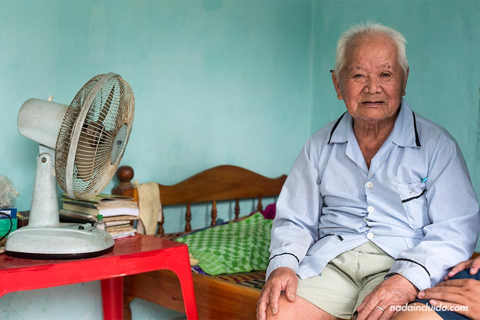 Anciano vietnamita en una aldea cercana a Hoi An (Vietnam)