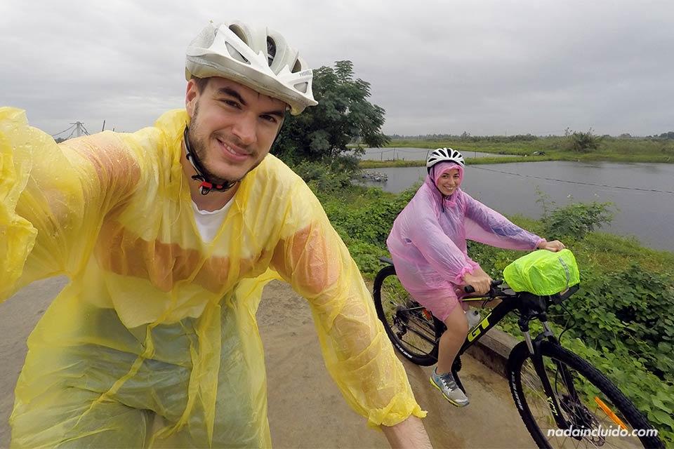 Paseando en bicicleta bajo la lluvia por los alrededores de Hoi An (Vietnam)