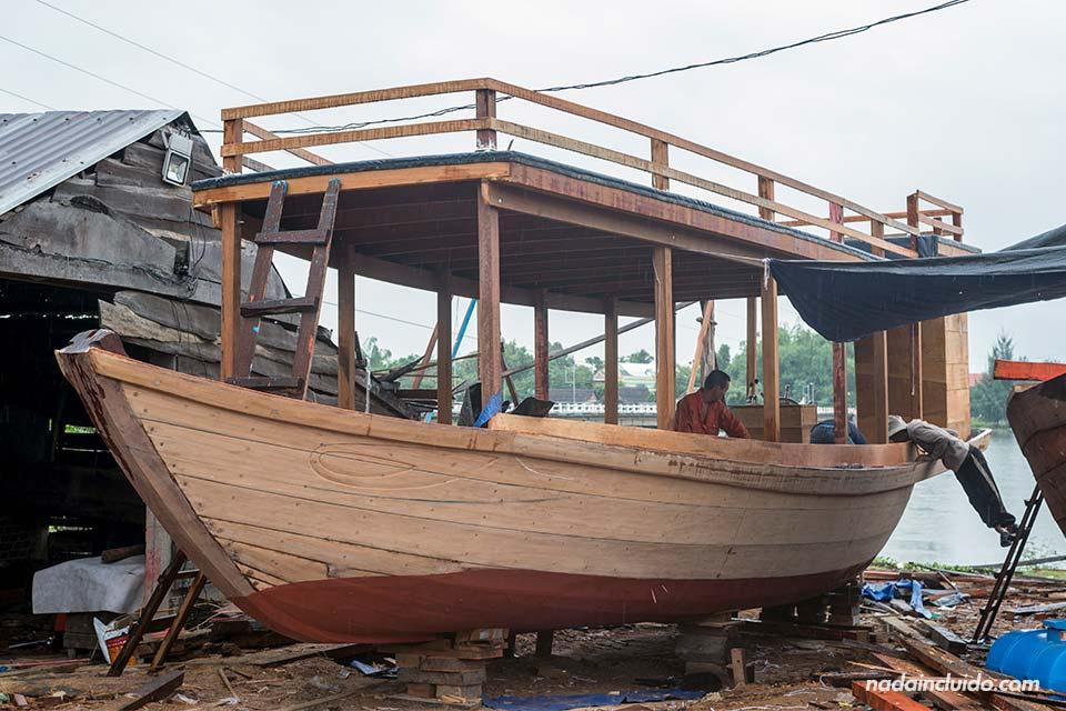 Barco en construcción en un astillero de los alrededores de Hoi An (Vietnam)