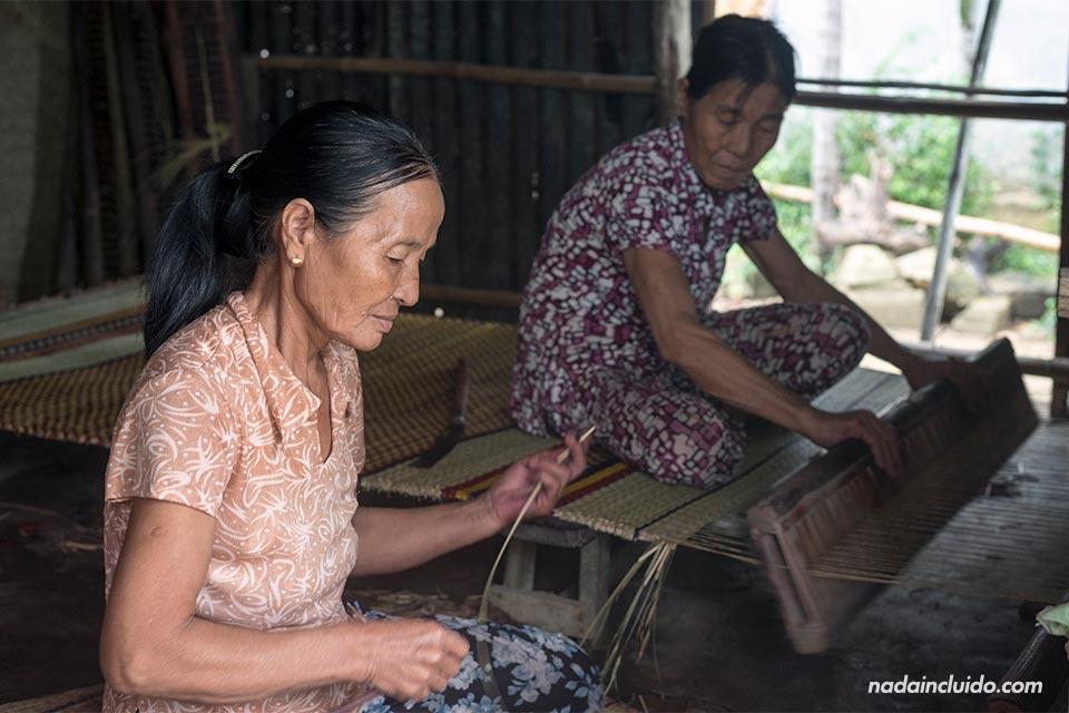 Una familia vietnamita prepara colchones en una aldea a las afueras de Hoi An (Vietnam)