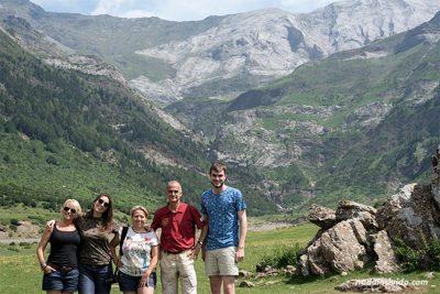 Blogueros de viaje en los Llanos de La Larri del valle de Pineta, Parque Nacional de Ordesa y Monte Perdido (Aragón)