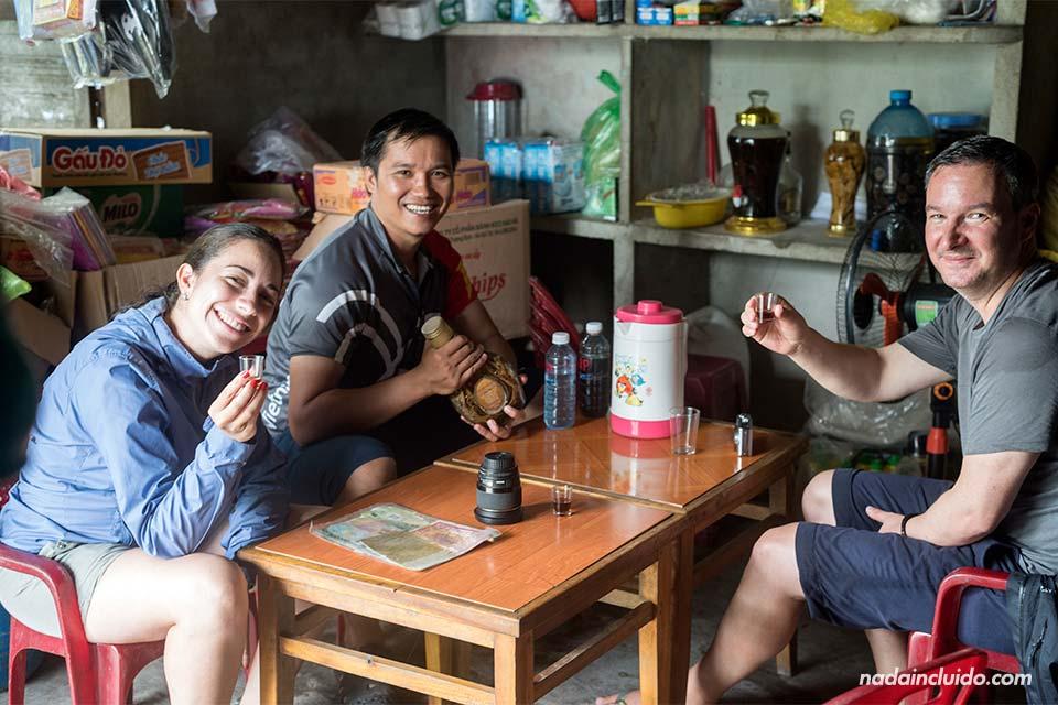 Bebiendo licor de arroz en un destilería a las afueras de Hoi An (Vietnam)