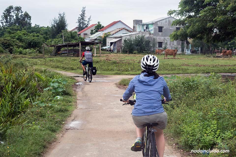 Recorriendo la zona de campo de Hoi An en bici (Vietnam)