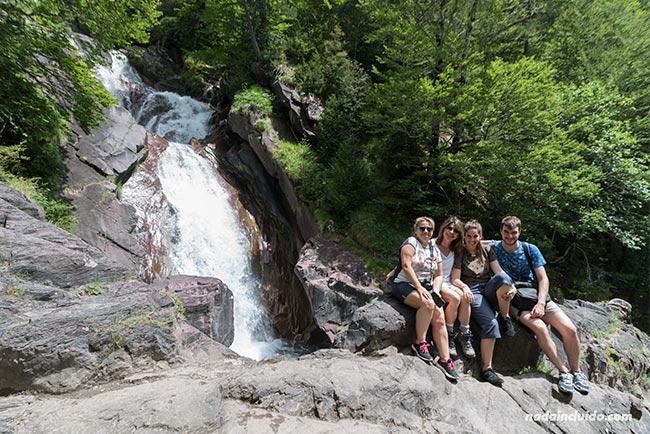 Blogueros de viaje junto a una cascada del Río Cinca, en el Valle de Pineta del Parque Nacional de Ordesa y Monte Perdido (Sobrarbe, Aragón)