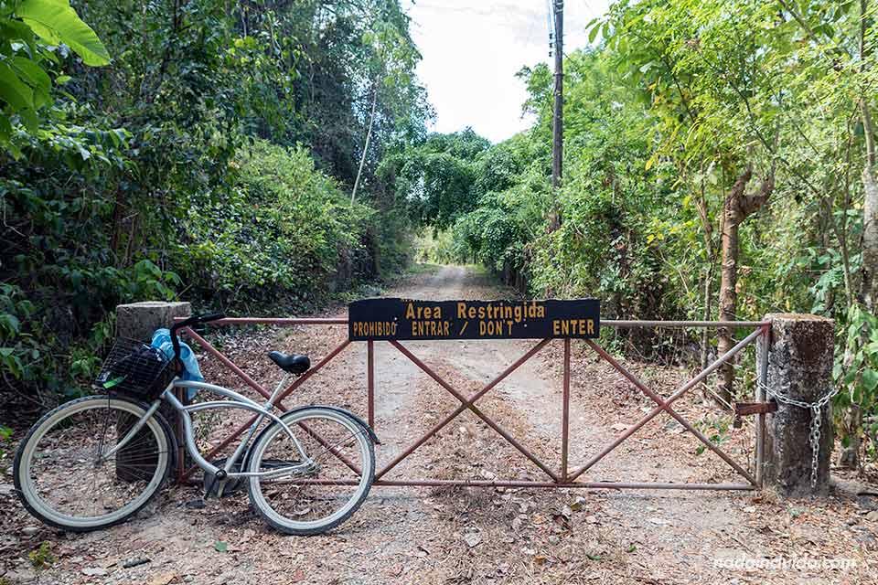 Puerta de entrada restringida a la Reserva Natural de Cabo Blanco (Costa Rica)