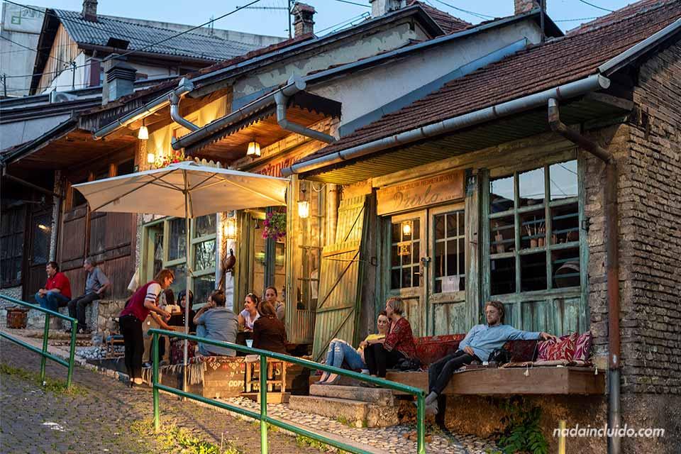 Terraza del restaurante Drirlo de Sarajevo (Bosnia)