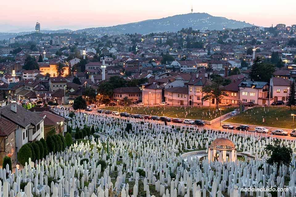 Vista desde lo alto de Sarajevo y de un cementario musulmán en la capital de Bosnia