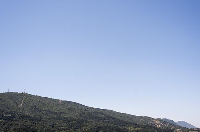 Vista de lejos de la Cruz del Milenio de Skopje (Macedonia)