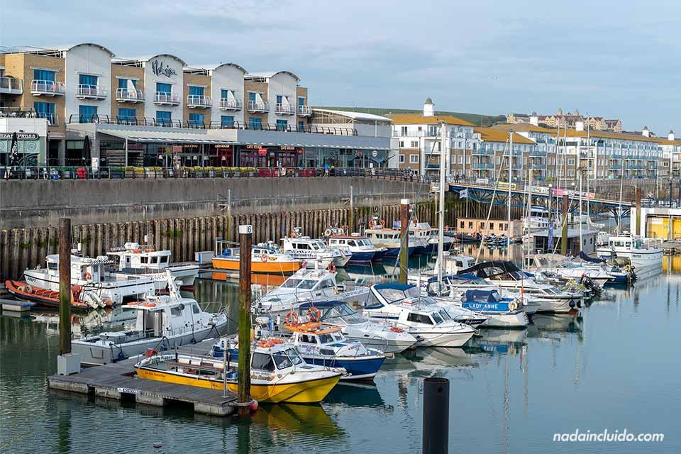 Barcos amarrados en Brighton Marina (Inglaterra)