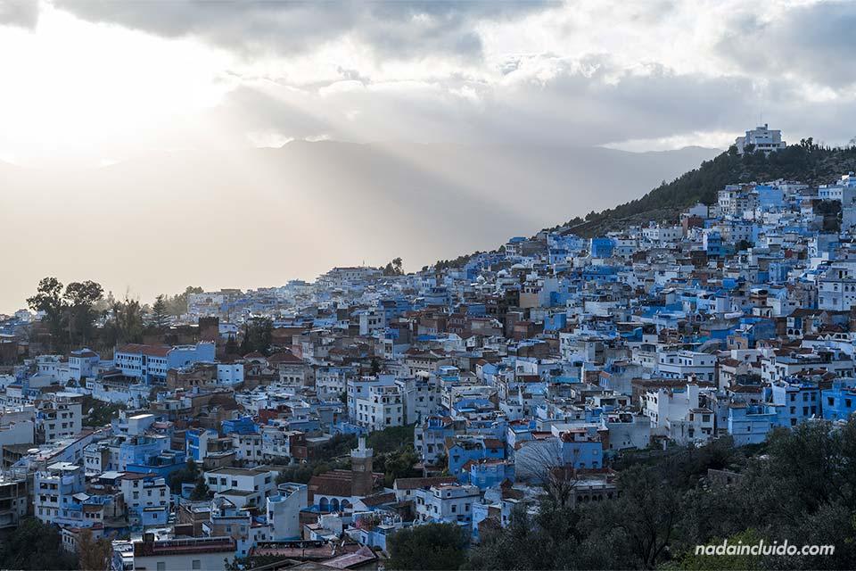 Rayos de sol entre las nubes sobre la medina de Chefchaouen (Marruecos)