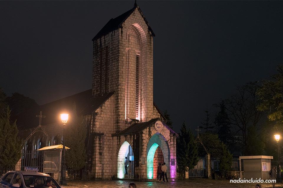 Iluminación nocturna de la iglesia de Sapa (Vietnam)