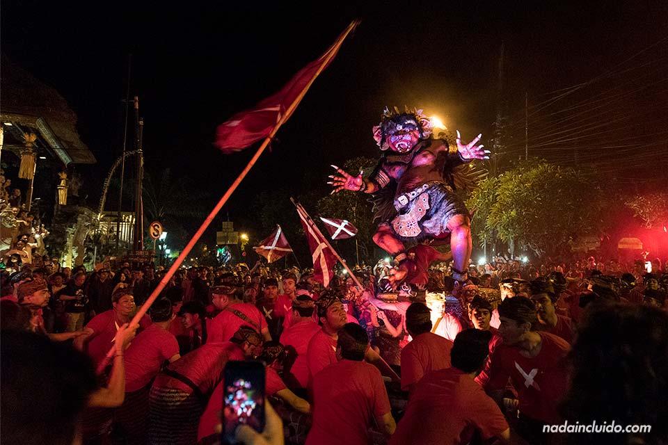 Gentío en el desfile de los Ogoh-Ogoh en Ubud (Bali)
