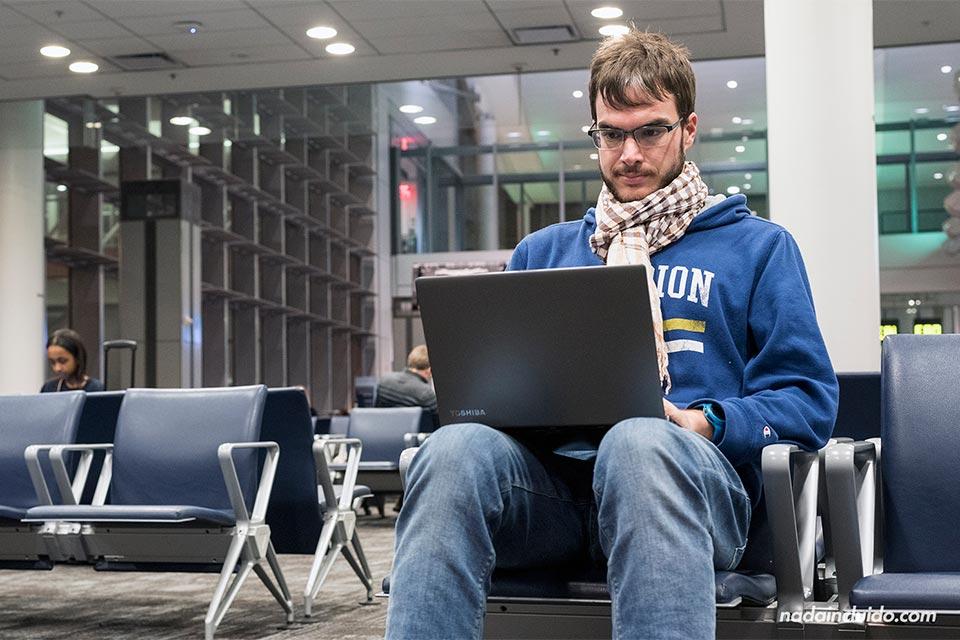 Trabajando en el blog de viajes Nada Incluido en el aeropuerto de Toronto (Canadá)