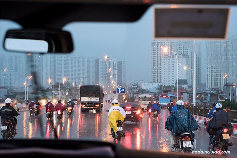 Tráfico de motos en una tarde lluviosa en Hanoi (Vietnam)