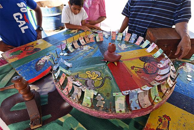 Jugando a la ruleta nicaragüense en el Parque Central de Niquinihomo (Nicaragua)