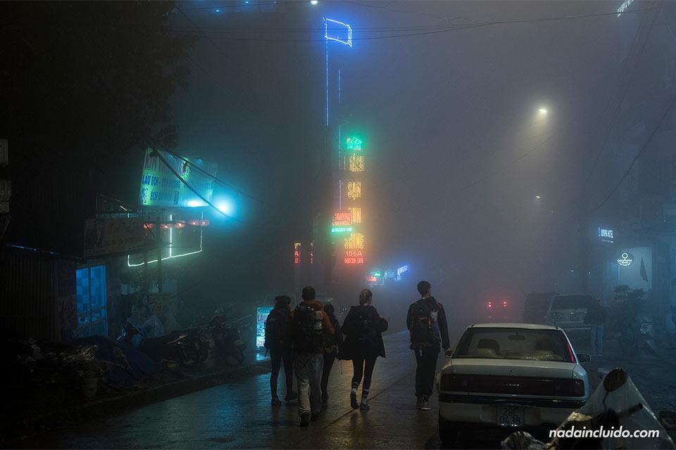 Niebla por las calles de Sapa en Vietnam