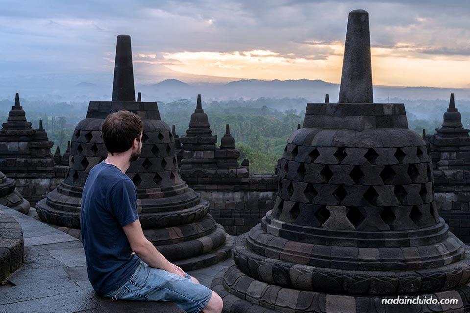 Viendo el amanecer en el templo Borobudur (Java, Indonesia)