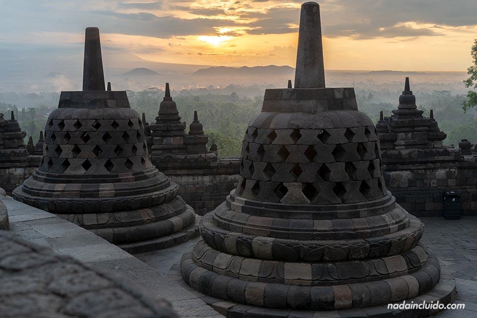 Amanecer en el templo Borobudur (Java, Indonesia)