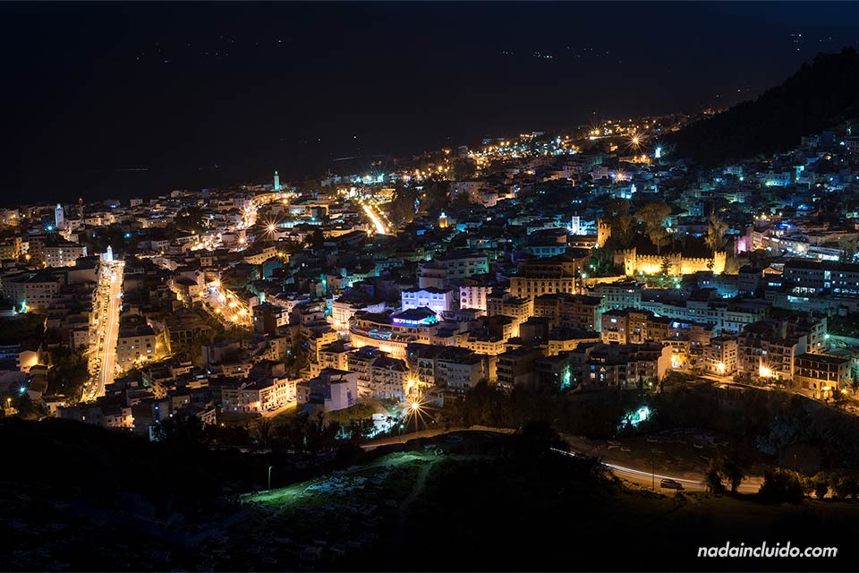 Vista nocturna de Chefchaouen desde el mirador de la mezquita española (Marruecos)