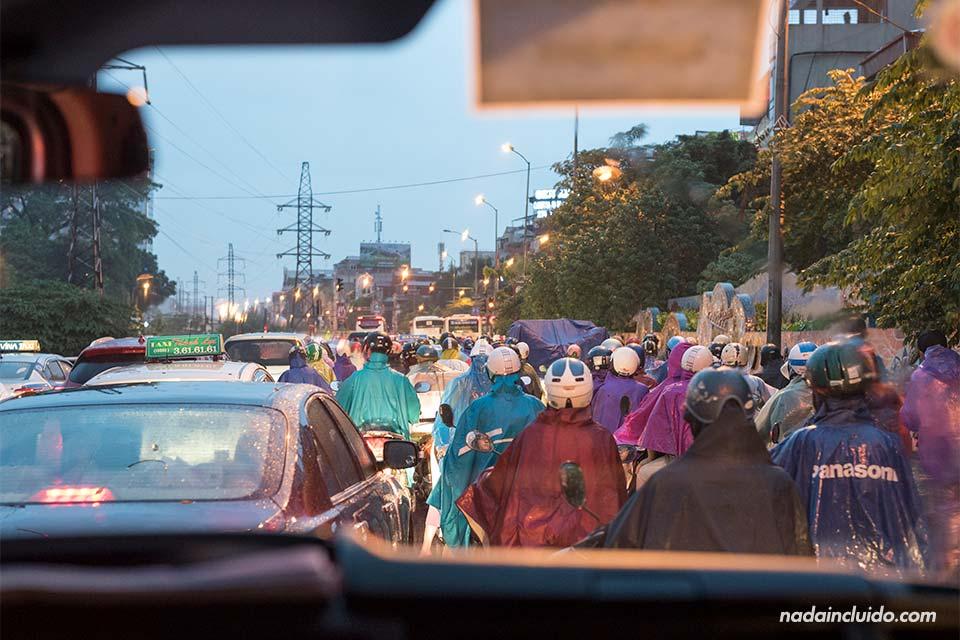 Tráfico de motos y coches en Hanoi (Vietnam)