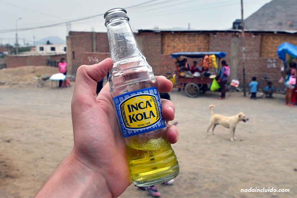 Bebiendo una Inca Cola en Jicamarca, un barrio pobre de los alrededores de Lima (Perú)