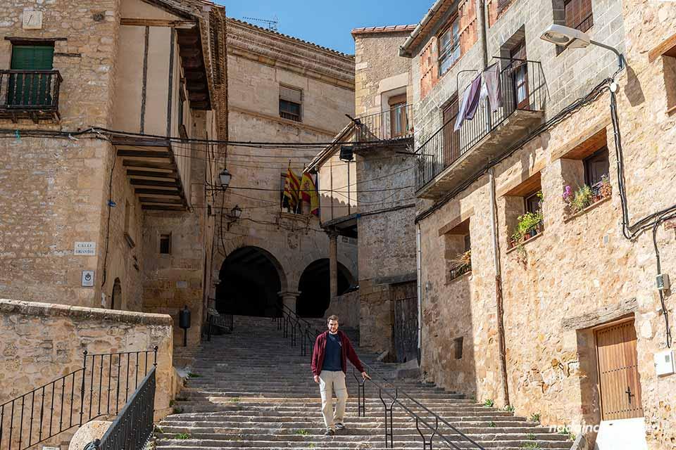 Escaleras hacia el ayuntamiento de Monroyo (Matarraña, Aragón)