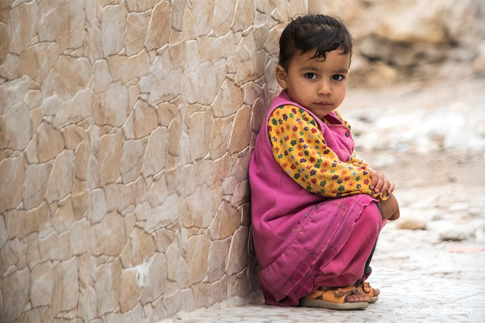 Niña juega en las calles de Taghazout (Marruecos)