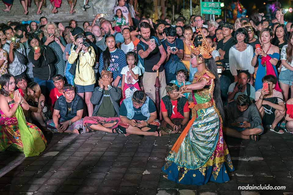 Bailarina y espectadores en el desfile de los Ogoh-Ogoh de Ubud (Bali, Indonesia)