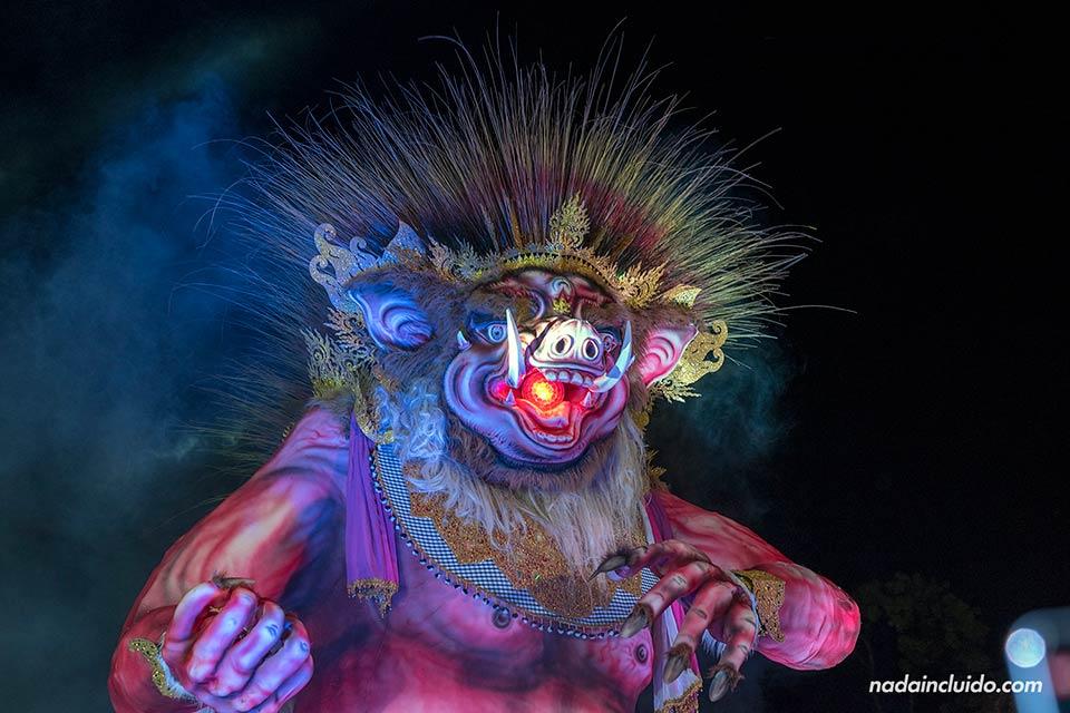 Ogoh-Ogoh gigante la fiesta de fin de año de Ubud (Bali, Indonesia)