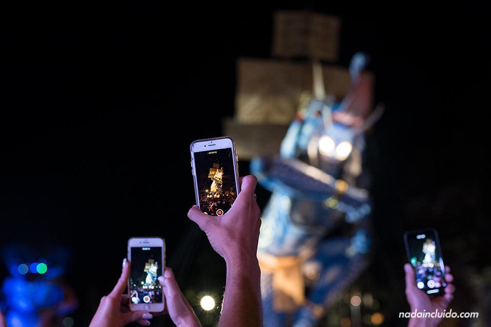 Móviles fotografiando Ogoh-Ogoh en la fiesta de fin de año de Ubud (Bali, Indonesia)
