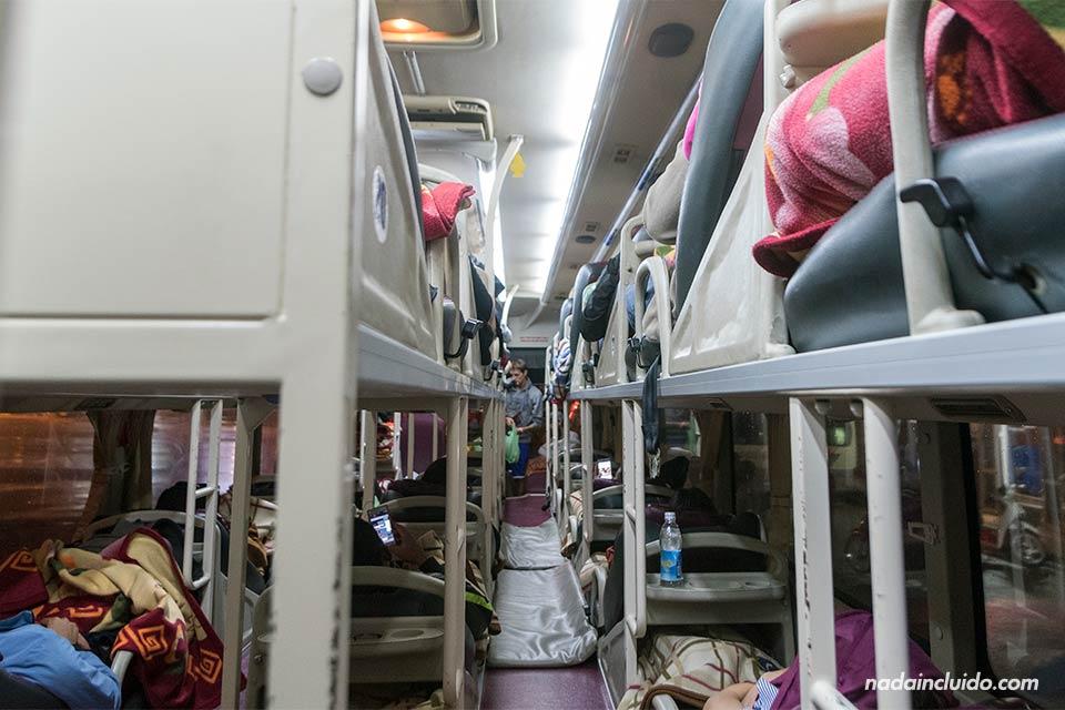 Interior del bus nocturno que cubre la ruta entre Sapa y Hanoi (Vietnam)