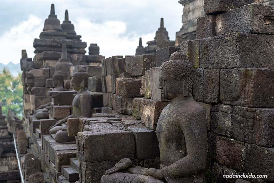 Estatuad de Buda en el templo Borobudur (Java, Indonesia)