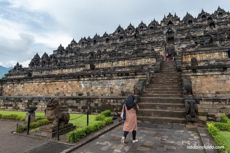 Escaleras en el templo Borobudur (Java, Indonesia)