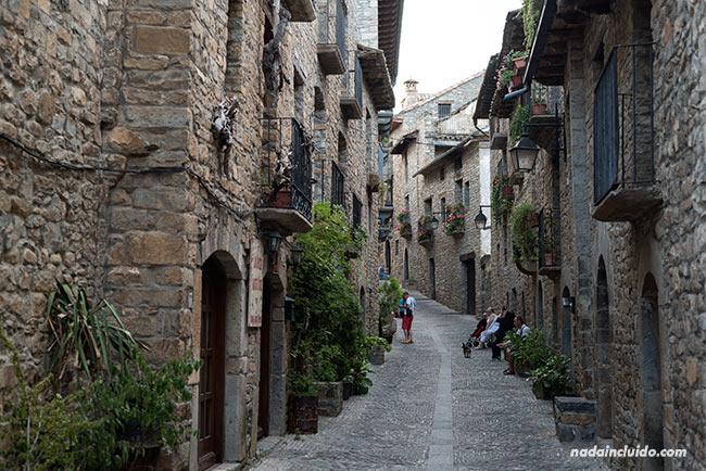 Calle Santa Cruz en Aínsa (Sobrarbe, Aragón)