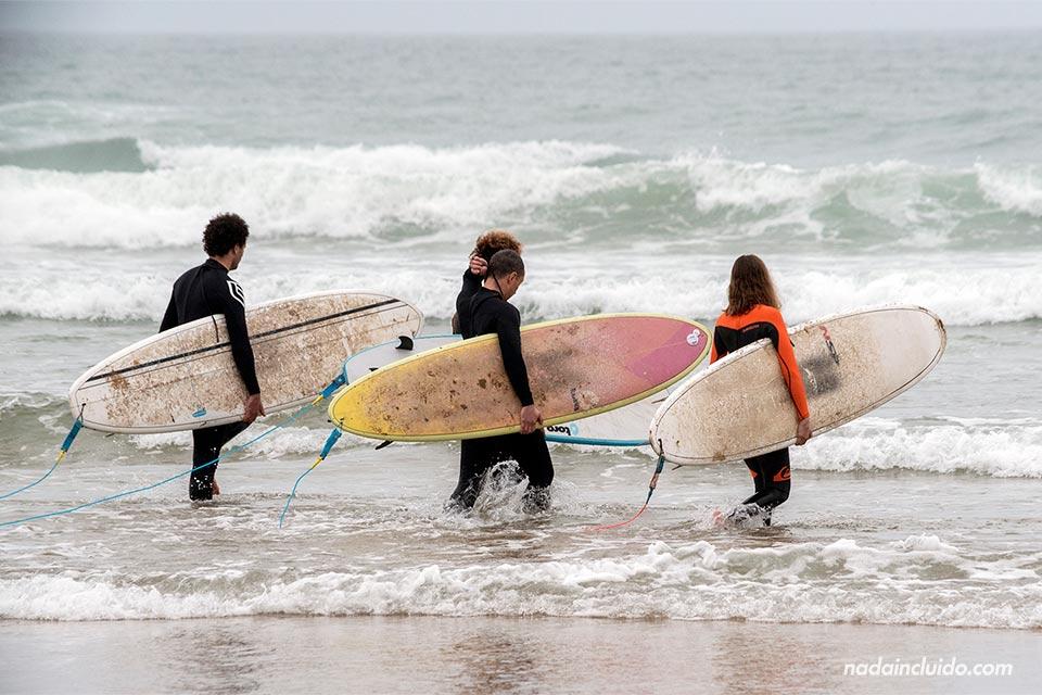 Surferos en la playa de Taghazout (Marruecos)