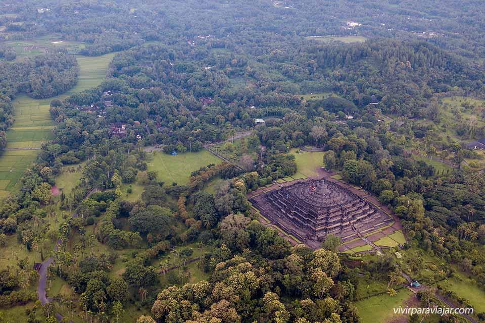 Vistas de dron del templo Borobudur (Java, Indonesia). Foto de vivirparaviajar.com