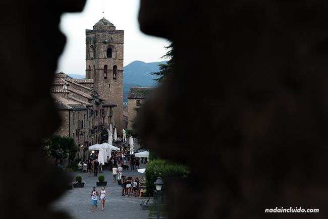 VIsta de la Torre de la Iglesia de Santa María desde el Castillo de Aínsa (Sobrarbe, Aragón)