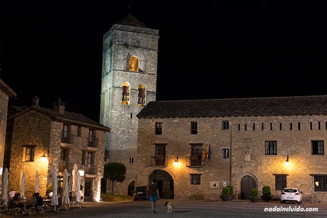 Vista noctura de la Plaza Mayor de Aínsa (Sobrarbe, Aragón)