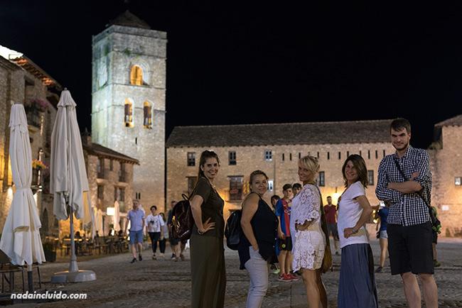 Blogueros de viaje en la Plaza Mayor de Aínsa (Sobrarbe, Aragón)