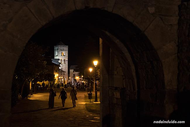 Vista nocturna de Aínsa desde el castillo (Sobrarbe, Aragón)