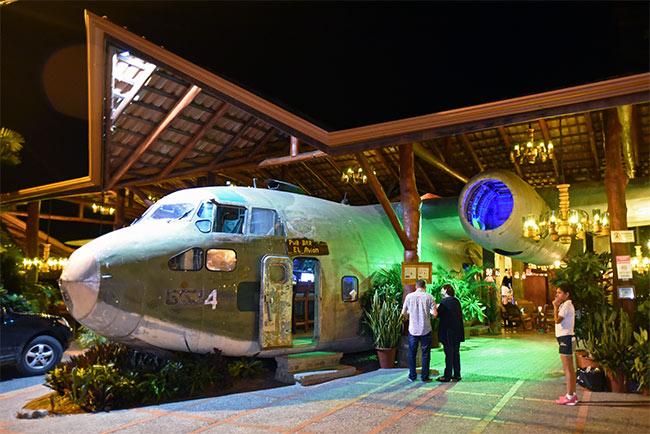 Fachada del Pub Bar el Avión, en la carretera que conecta Quepos con Manuel Antonio (Costa Rica)