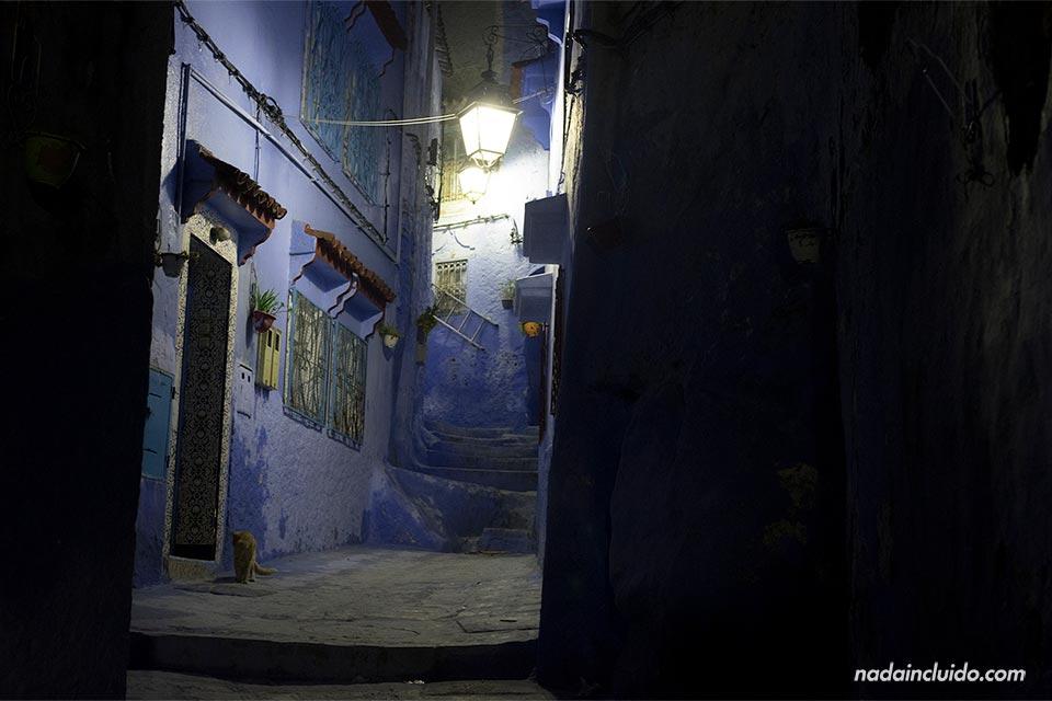 Iluminación nocturna de un callejón de Chefchaouen (Marruecos)