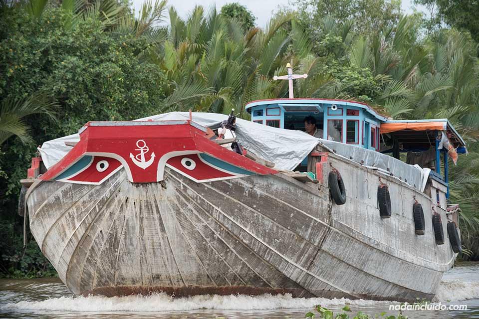 Barco recorre uno de los canales del delta del Mekong (Vietnam)