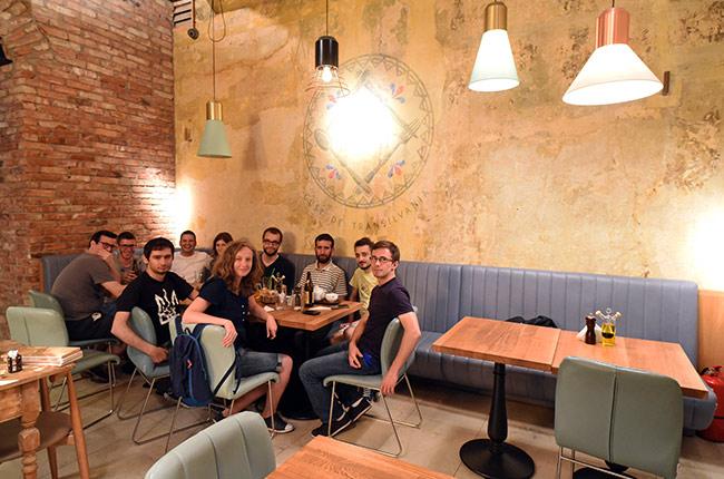Couchsurfers en el restaurante Zama (Cluj-Napoca, Rumanía)